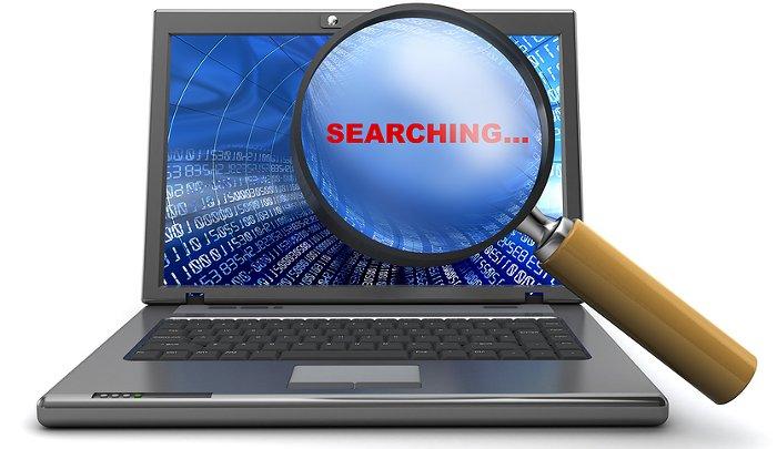 computadora buscando personas